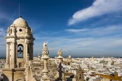 Klocka torn av den Cadiz domkyrkan och flyg- sikt av den västra staden och fjärden av Cadiz arkivbilder
