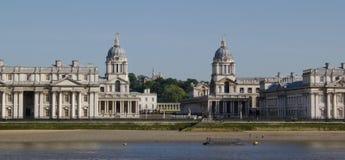 Klocka torn av den gamla kungliga sjö- högskolan i Themsen på Greenwich, England Arkivfoto