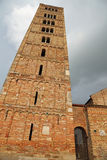 Klocka torn av den Pomposa abbotskloster en historisk byggnad i Italien Royaltyfri Foto