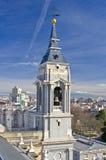Klocka torn av den Santa Maria la Real de La Almudena domkyrkan Royaltyfria Bilder