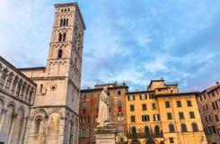 Klocka torn av kyrkan och monumentet för Chiesa di San Michele in foro St Michael Roman Catholic i historisk mitt av gammal medel fotografering för bildbyråer