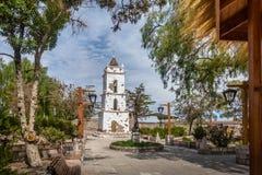 Klocka torn av kyrkan på den huvudsakliga fyrkanten för Toconao by - Toconao, Atacama öken, Chile royaltyfri foto