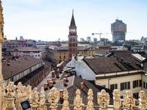 Klocka torn av kyrkliga San Gottardo över den Milan staden royaltyfri fotografi