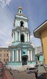 Klocka torn av liv som ger Treenighetkyrkan i Taganka, Moskva Arkivbild