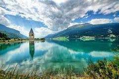 Klocka torn av Reschenseen Arkivfoto