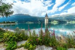 Klocka torn av Reschenseen Royaltyfri Bild