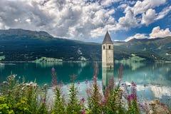 Klocka torn av Reschenseen Royaltyfri Foto