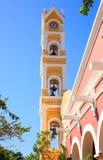 Klocka torn av spanjor kyrka, Mexico Arkivfoton