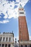Klocka torn av Sts Mark basilika i Venedig, Italien Royaltyfri Bild