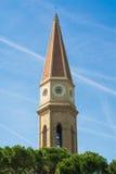 Klocka torn de löneförhöjningar till himlen Royaltyfri Fotografi