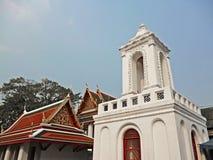 Klocka torn i thai traditionell tempel Royaltyfri Bild