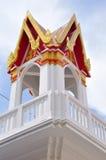 Klocka torn i thailändsk tempel i Thailand Arkivfoton