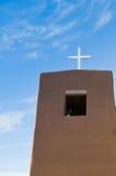 Klocka torn med korset Arkivfoto
