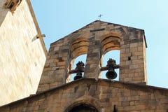 Klocka torn med tvilling- klockor på kyrka i Barcelona Arkivfoton