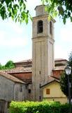 Klocka torn och gruppen av hus i Portobuffolè i landskapet av Treviso i Venetoen (Italien) royaltyfri foto