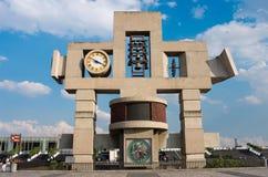 Klocka torn och klocka av basilikan av vår dam Guadalupe i Mexico - stad Arkivbilder