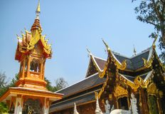 Klocka torn och paviljong i thailändsk tempel i norden Royaltyfri Bild