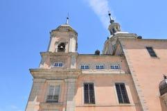 Klocka torn och slotttorn i trädgårdarna av La Granja Art History Biology arkivbild