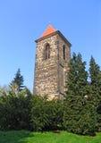 Klocka torn på den helgonGothard kyrkan, centrala Bohemia, Tjeckien royaltyfri bild