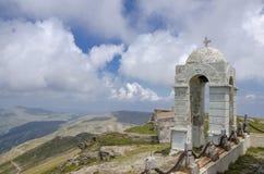 Klocka torn på det Kajmakcalan maximumet 2521 M, Nidze berg, Makedonien Royaltyfri Fotografi