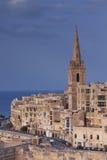 Klocka torn på en dag för himmelblått Arkivbilder