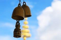 Klocka två i den Thailand templet Arkivfoto