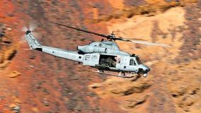 Klocka UH-1 den Iroquois militära helikoptern, ge någon ett smeknamn Hueyen arkivfoto