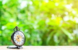 Klockafack som förläggas på trägolv med bokebakgrund Arkivfoton