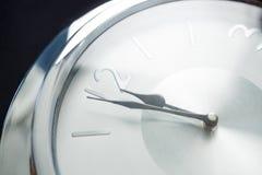 Klockahänder som når midnatt för 12 klocka Arkivfoto