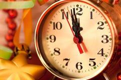 Klockahänder vid 12 timmar och julleksaker Fotografering för Bildbyråer