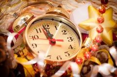Klockahänder vid 12 timmar och julleksaker Royaltyfri Bild