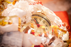 Klockahänder vid 12 timmar och julleksaker Arkivbild