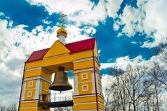 Klockan av den Voskresenskiy domkyrkan i Tomsk Royaltyfri Fotografi