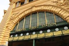 Klockan för Flindersgatajärnvägsstationer är en av Melbournes mest igenkända symboler Royaltyfri Bild