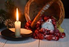 Klockan för stillebentappningfacket på bakgrunden av julprydnader, brännande stearinljus och gran förgrena sig Royaltyfria Foton