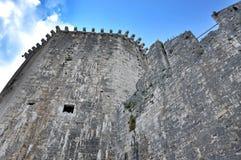 Klockan går och tornet av den Kamerlengo slotten i Trogir, Kroatien Arkivfoto