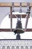 Klockan i det kyrkliga tornet Arkivfoto