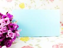 Klockan med utrymmebackgroun med blomman dekorerar Royaltyfria Foton