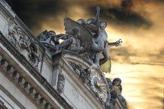Klockan och gudarna framme av den Grand Central stationsfacen Royaltyfri Bild