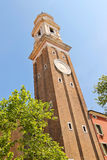 Klockan på det kyrkliga tornet för helgonApostoli klocka av i Venedig Royaltyfri Foto