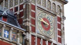 Klockan på historiska byggnaden i Amsterdam, från olika vinklar Arkivbild