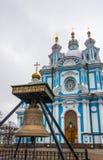 Klockan på ingången till den Smolny domkyrkan, St Petersburg Royaltyfria Bilder