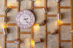 Klockan på väggen arkivfoton