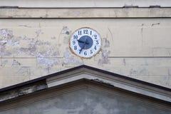Klockan på väggen av kyrkan Royaltyfri Fotografi