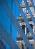 klockan reflekterar tornet Arkivbild