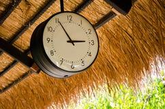 Klockan som hänger på taket Arkivfoto