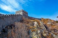 Klockan står högt på den stora Kina väggen Royaltyfri Fotografi