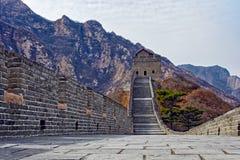 Klockan står högt på den stora Kina väggen Royaltyfri Bild