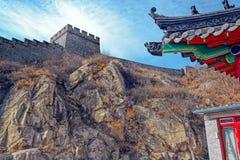 Klockan står högt på den stora Kina väggen Royaltyfria Foton