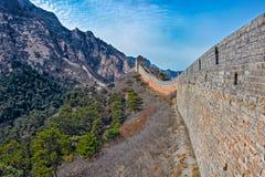 Klockan står högt på den stora Kina väggen Arkivfoton
